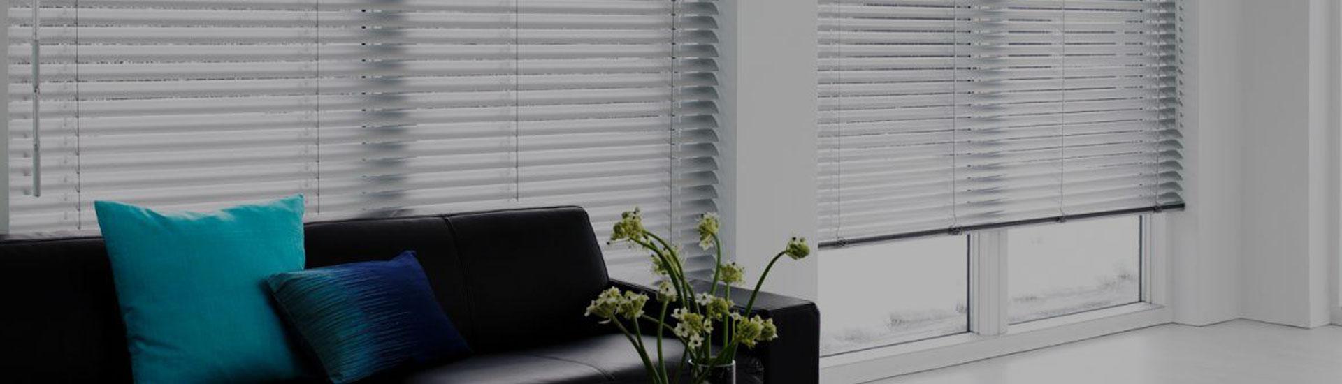 Vnútorné žalúzie v interiéri na dlhých oknách