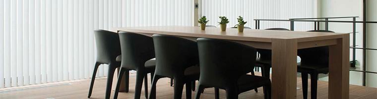 Vertikálne vnútorné žalúzie na tienenie v kancelárii