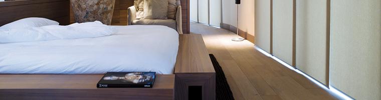 Japonské posuvné steny slúžiace ako okenné a balkónové tienenie v spálni