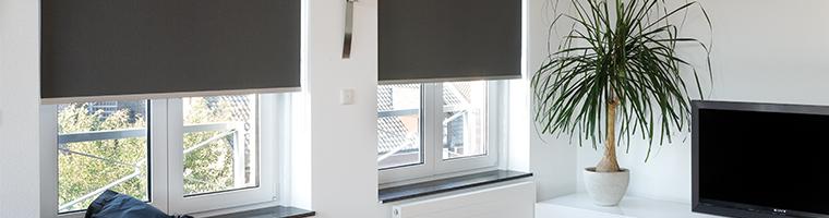 Látkové rolety v interiéri miestnosti