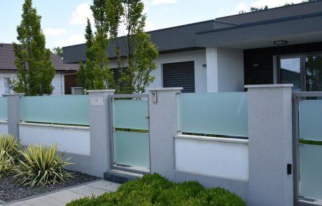 sklenený plot aj brána okolo pozemku